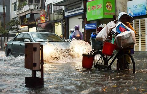 Mưa lớn bất ngờ, nhiều tuyến phố ở Hà Nội ngập sâu