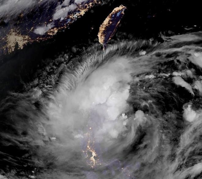 Áp thấp nhiệt đới mạnh lên thành bão gần Biển Đông