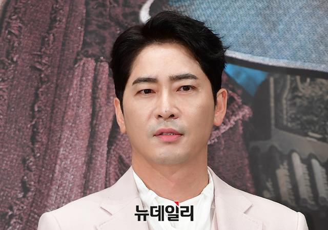 Kang Ji Hwan bị công ty cắt hợp đồng sau vụ hiếp dâm tập thể