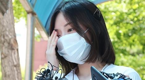 Hôn thê cũ Park Yoo Chun cúi đầu xin lỗi sau khi được thả