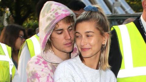 Justin Bieber âu yếm vợ bằng hành động lạ
