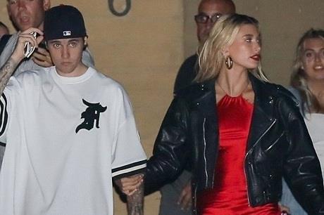 Vợ Justin Bieber diện váy xẻ cao táo bạo, khoe thân hình nóng bỏng