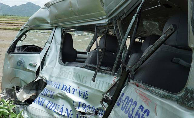 Tàu hỏa tông xe 16 chỗ, 3 người tử vong