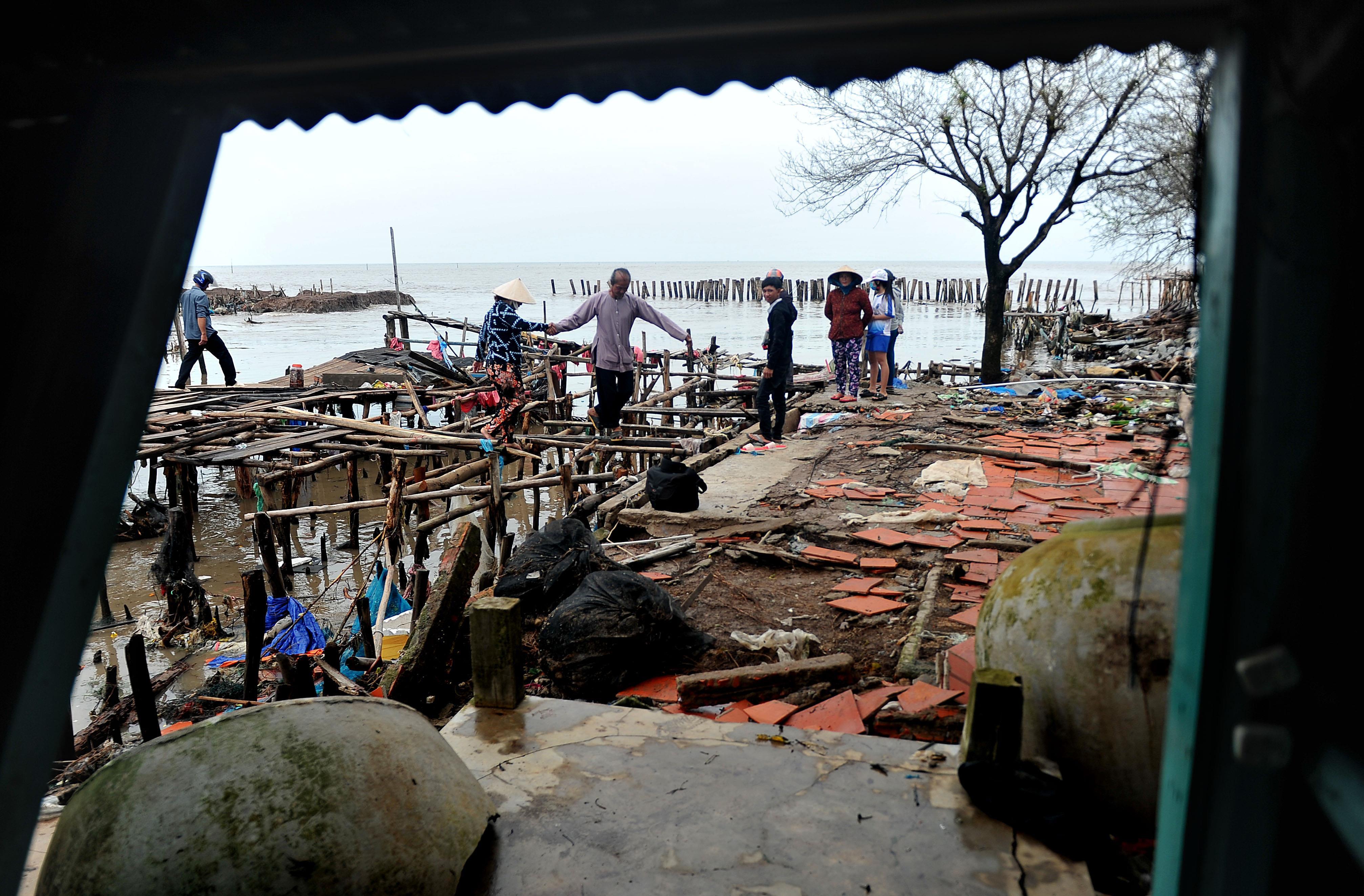 Nhà trơ khung, sàn sau sóng lớn ở Kiên Giang