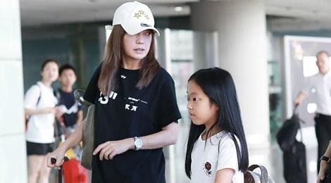 Con gái Triệu Vy hiếm hoi xuất hiện cùng mẹ