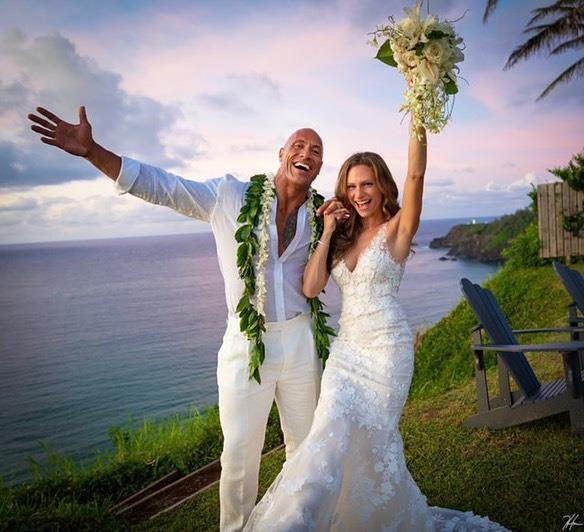 Siêu sao The Rock bất ngờ cưới bạn gái lâu năm