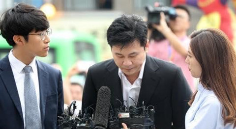 Cựu chủ tịch YG cúi đầu xin lỗi vì đánh bạc xuyên quốc gia