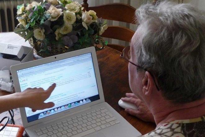 """Người già Mỹ """"nghiện"""" công nghệ hơn giới trẻ, tốn 10 tiếng mỗi ngày"""