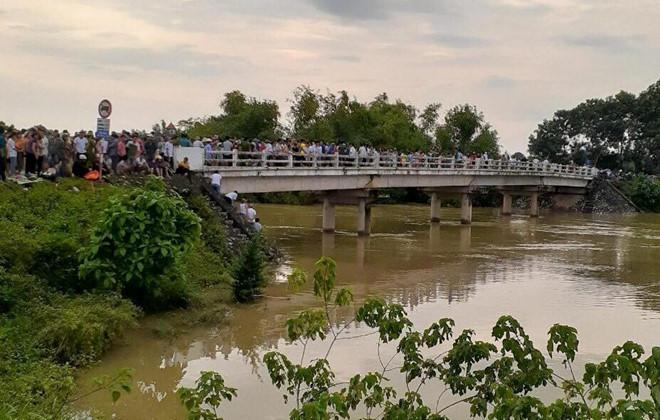 Xe taxi lao xuống sông, 2 người mất tích