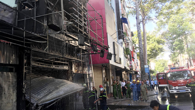 Cảnh sát cứu nữ chủ nhà mắc kẹt trong căn nhà 4 tầng cháy ngùn ngụt