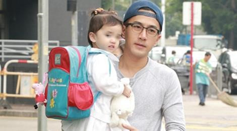 Con gái Lưu Khải Uy vui vẻ khi được cha đón về