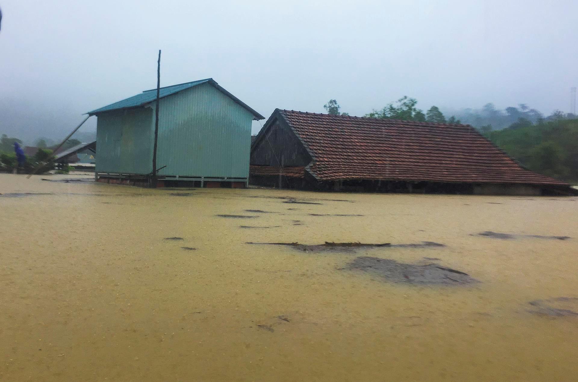 Lũ về, nhiều nóc nhà ở Quảng Bình, Quảng Trị chỉ còn lô nhô mái