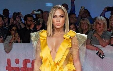 Jennifer Lopez bị phản đối trên thảm đỏ vì quá khứ mặc áo lông thú