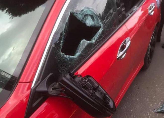 Thầy chùa đập vỡ kính ô tô vì tài xế không cho vượt