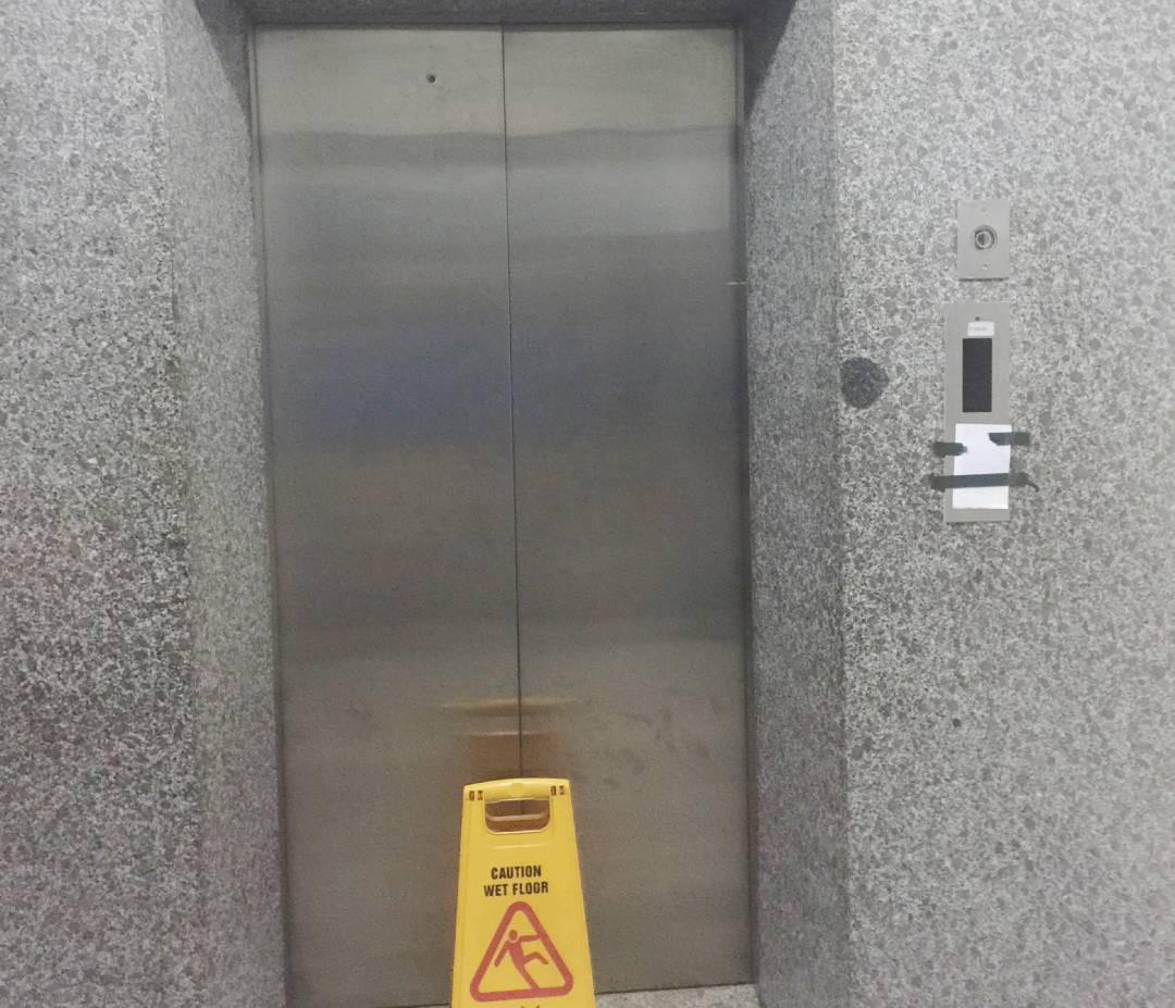 Vào buồng thang máy không có cabin, bảo vệ rơi từ tầng 18