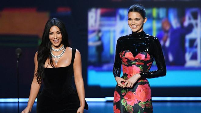 Chị em Kim Kardashian trở thành trò cười cho khách mời ở Emmy
