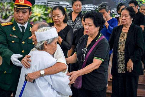 Hàng nghìn người tiễn đưa anh hùng Nguyễn Văn Bảy tại TP.HCM