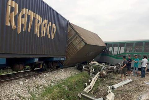 Tàu hàng lật 4 toa sau khi đâm xe tải ở Nghệ An, đường sắt tê liệt