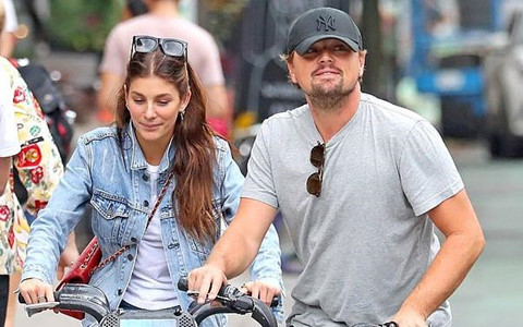 Leonardo DiCaprio và bạn gái kém 23 tuổi đạp xe trên phố