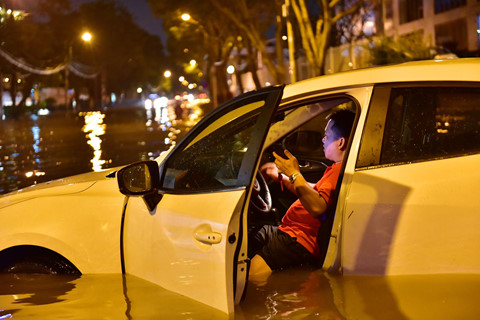 Ô tô chết máy trôi bồng bềnh ở khu nhà giàu Sài Gòn vì ngập