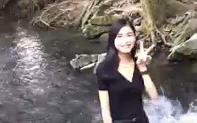 Cô gái bị 'ném đá' vì lội xuống suối cá thần ở Thanh Hóa quay clip