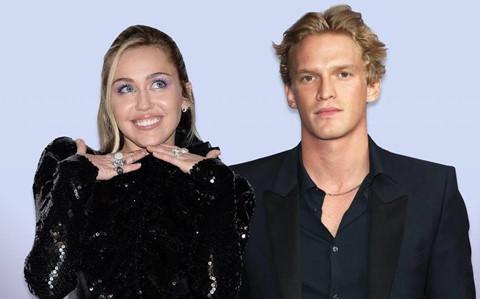Miley Cyrus hôn trai trẻ sau khi chia tay người yêu đồng giới?
