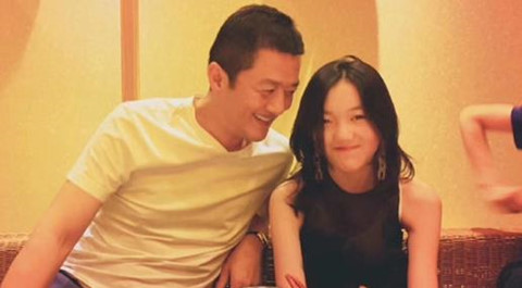Con gái 13 tuổi của Vương Phi và Lý Á Bằng đến quán bar sang chảnh