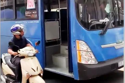 Sa thải tài xế xe buýt phun nước bọt vào người đi đường