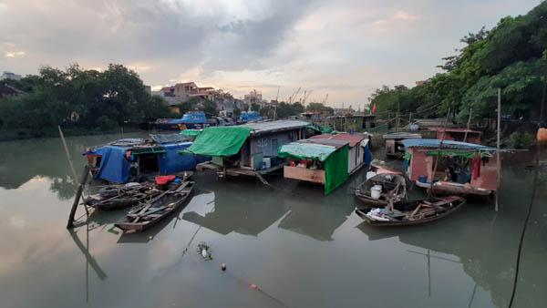 Xóm chài nghèo giữa lòng thành phố