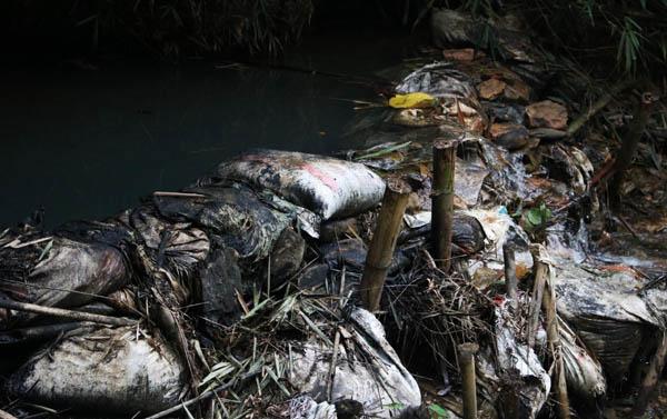 Nhà máy nước sông Đà chôn lấp dầu thải không đúng quy định