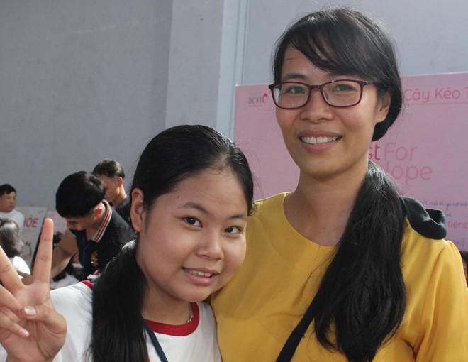 Hai mẹ con nuôi tóc tặng bệnh nhân ung thư vú