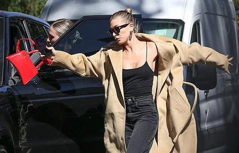 Vợ Justin Bieber mặc gợi cảm, suýt ngã trên phố