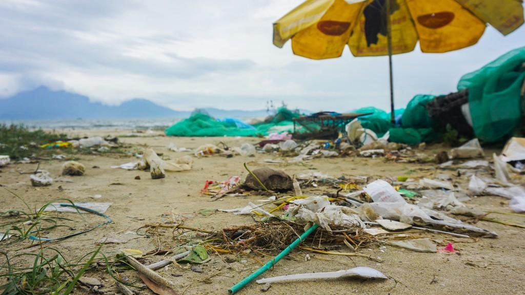 Bãi biển Đà Nẵng ngập rác sau 2 ngày mưa lớn