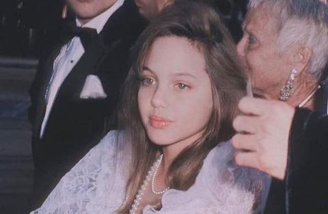 Vẻ đẹp như búp bê của Angelina Jolie năm 11 tuổi