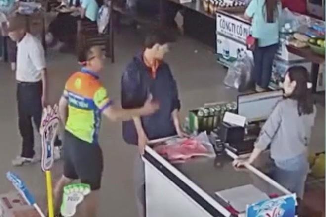 Con trai lấy đồ không trả tiền, bố đánh nhân viên