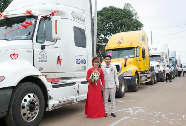 Chú rể dùng 6 xe container rước dâu khiến CĐM trầm trồ