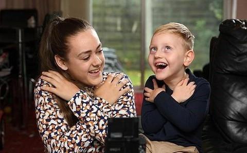 10X học ngôn ngữ ký hiệu để trò chuyện với em trai bị bại não