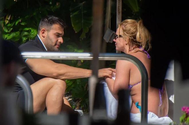 Britney Spears diện bikini bên tình trẻ