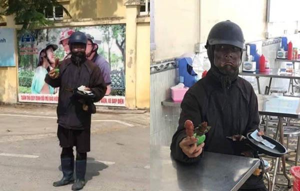 """Đối tượng mặc đồ đen, mặt bôi """"như Bao Công"""" cầm theo xúc xích và đầu gà đi xin tiền khắp nơi"""