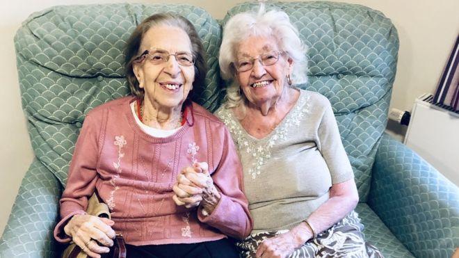 Thân nhau gần 8 thập kỷ, 2 cụ bà dọn đến viện dưỡng lão ở cùng cho vui