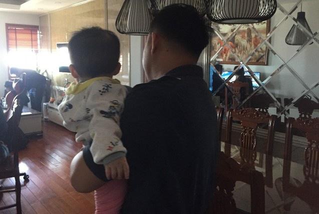 Trần tình của người giúp việc cầm chân dốc ngược bé 1 tuổi