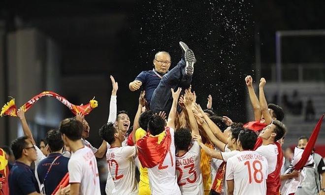 Sao Việt đi bão mừng chiến thắng huy chương vàng của U22 Việt Nam