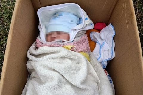 Bé sơ sinh bị bỏ bên đường cùng lời nhắn nhờ nuôi giúp