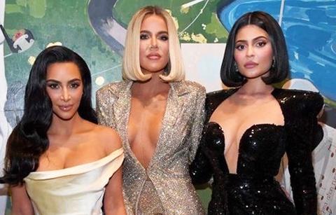 Chị em Kim Kardashian diện mốt gợi cảm