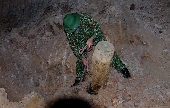 Quả bom nặng hơn 200 kg nằm dưới lòng đất