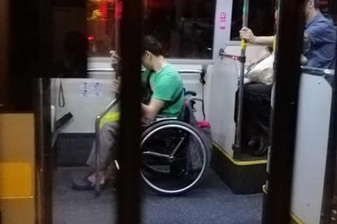 Shipper khuyết tật bị hủy đơn sau 2 tiếng giao đồ ăn bằng xe lăn