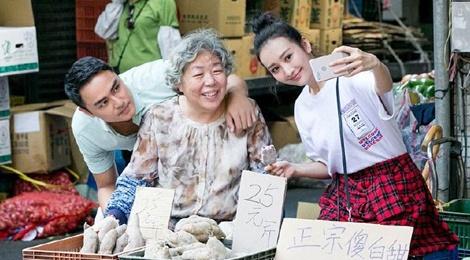 Mẹ tài tử Minh Đạo bán khoai lang ngoài chợ