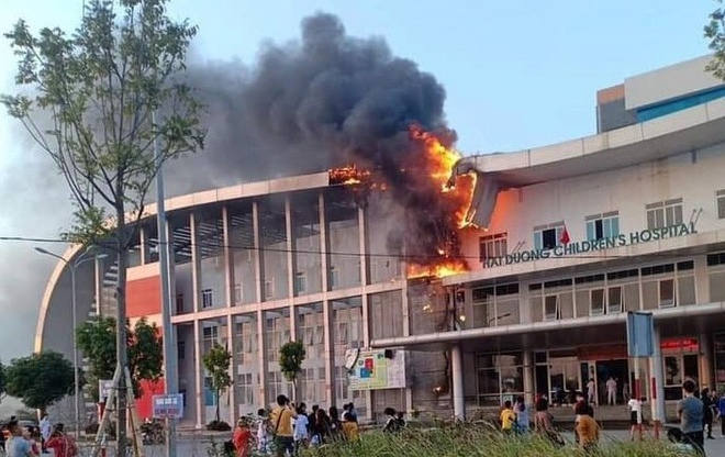 Cháy Bệnh viện Nhi Hải Dương, người thân bế bệnh nhi sơ tán