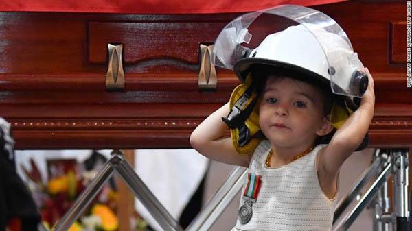 Con gái ngơ ngác bên linh cữu cha hy sinh trong thảm họa cháy rừng