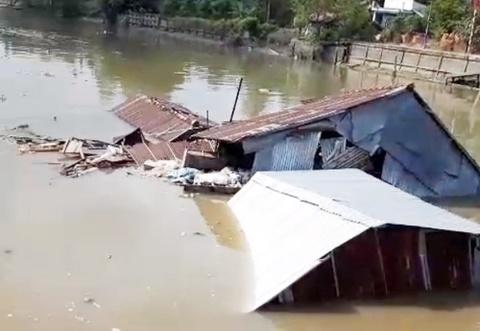 Bốn người trong tiệm làm tóc bị cuốn xuống sông